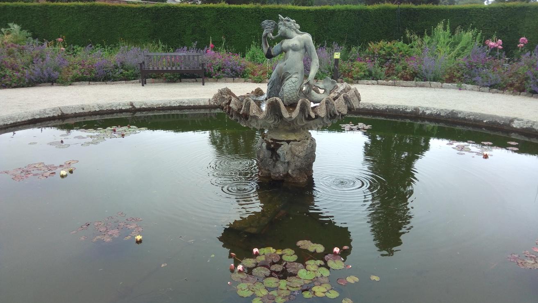 Скулптура в езерото в Powerscourt Gardens, Ireland