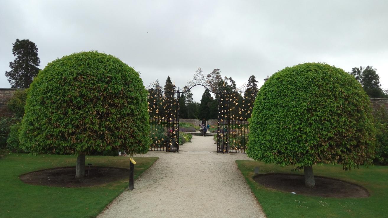 Портала на Оградената градина в Powerscourt Gardens, Ireland
