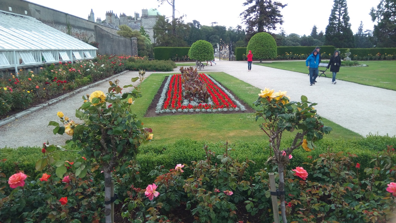 Цветни лехи в Оградената градина в Powerscourt Gardens, Ireland
