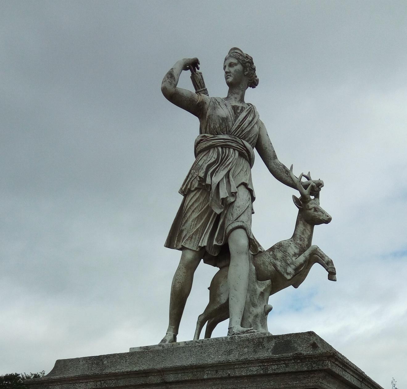 Скулптура на Дияна в Powerscourt Gardens, Ireland