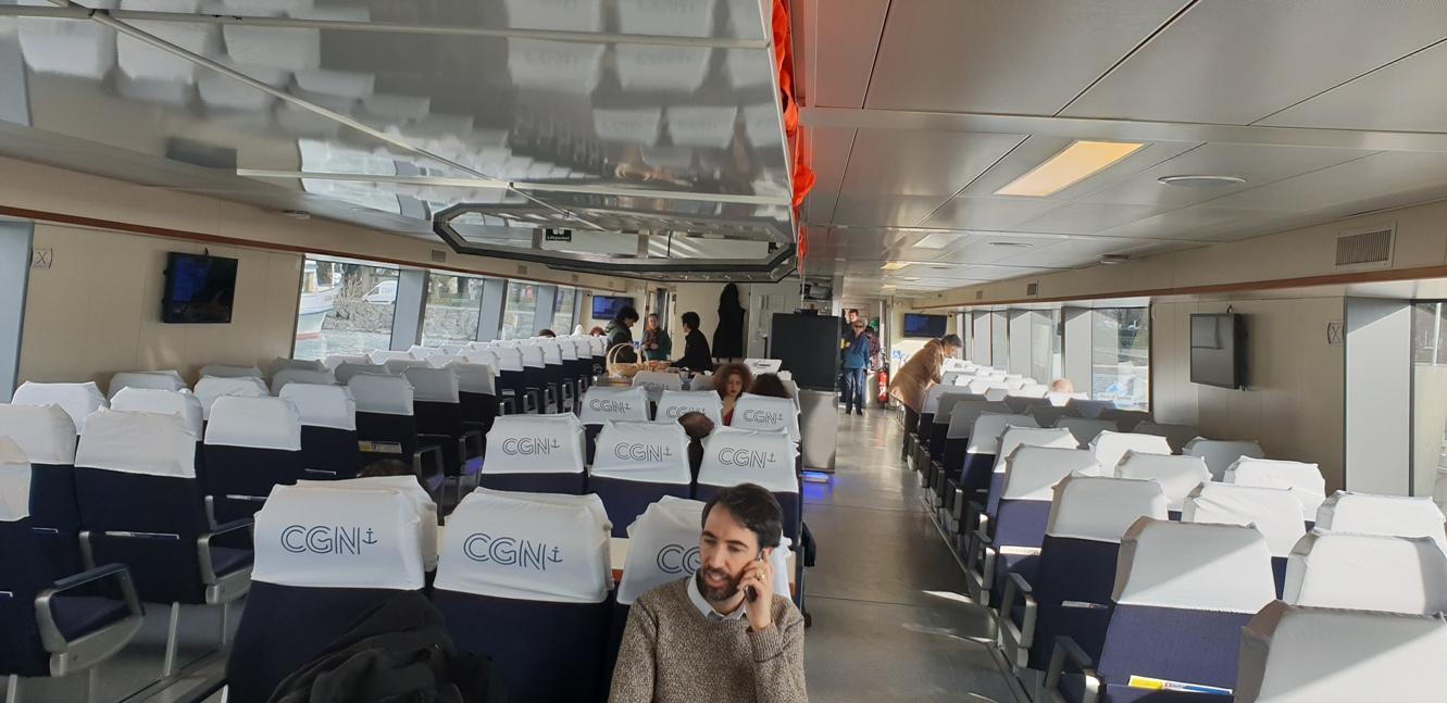 Кораба за Евиан отвътре, Франция